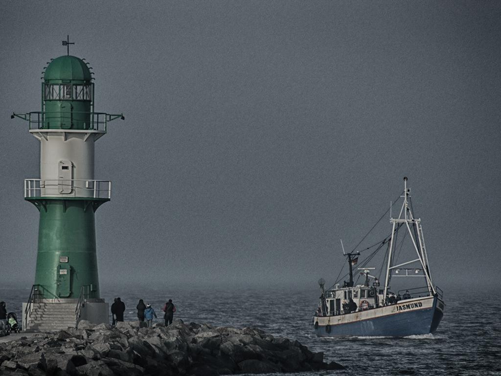 Leuchtturm in Warnemünde vor einer Nebelbank